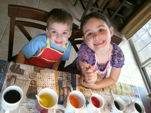 kids dyeing easter eggs